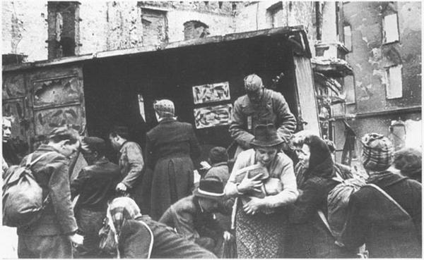 Razdacha_hleba_nashimi_soldatami__Berlin__1945_g_.jpg