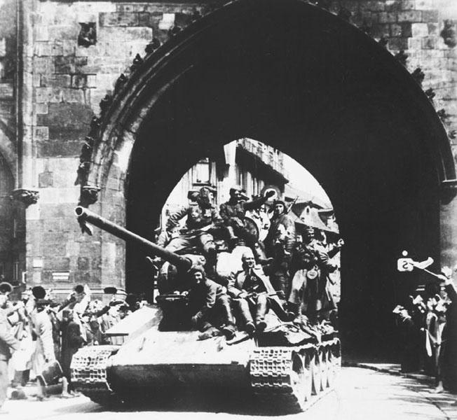 Sovetskie_tanki_v_Prage__10_maja_1945_g_.jpg